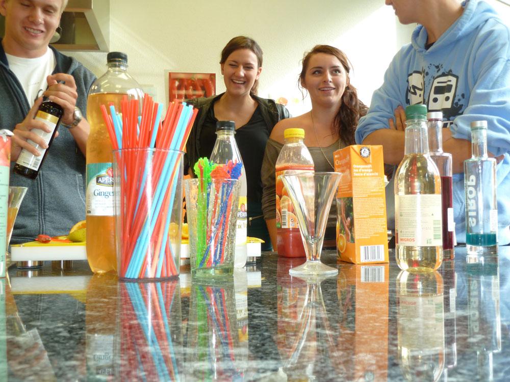 Studierende beim Drink kreieren